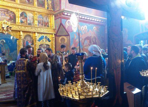 (Foto) Sfânta Liturghie în Joia Mare la Biserica Arhanghelului Mihail