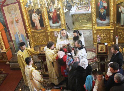 (Foto) Sfânta Liturghie cu ocazia sărbătarii Sfântului Vasile cel Mare în biserica Arhanghelului Mihail